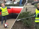 Afvalruimers beloond met voetballes van Feyenoordspelers