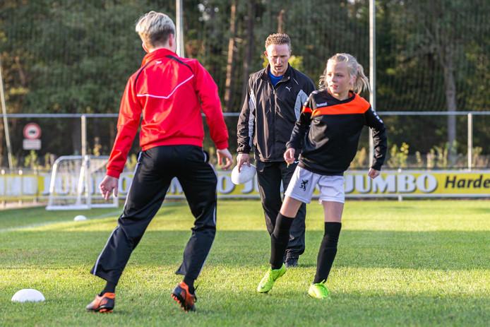 Trainer Lucien Spijkers, voor hem zijn dochter Bente Spijkers.