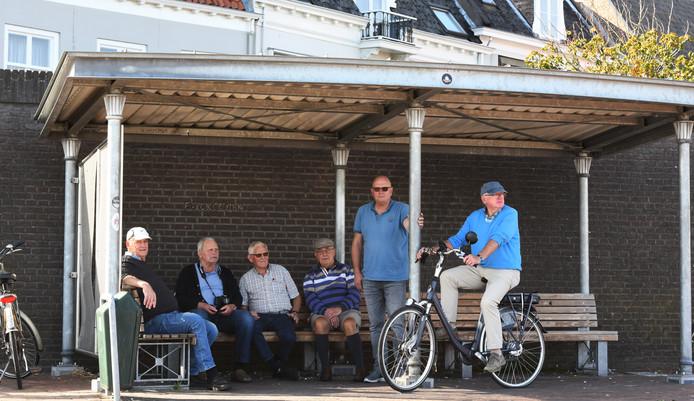 De leugenbank aan de haven van Wijk bij Duurstede, dat misschien toch niet wordt afgebroken.