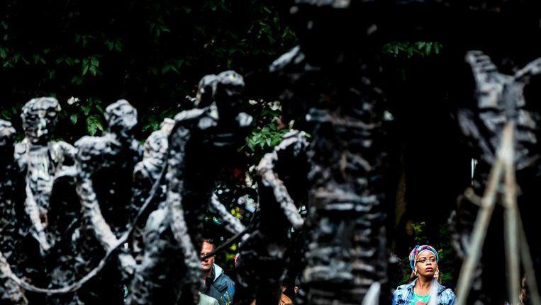 Een bezoeker bij het Nationaal Monument Slavernijverleden tijdens de nationale herdenking van de afschaffing van de slavernij in het Oosterpark in Amsterdam. Beeld anp