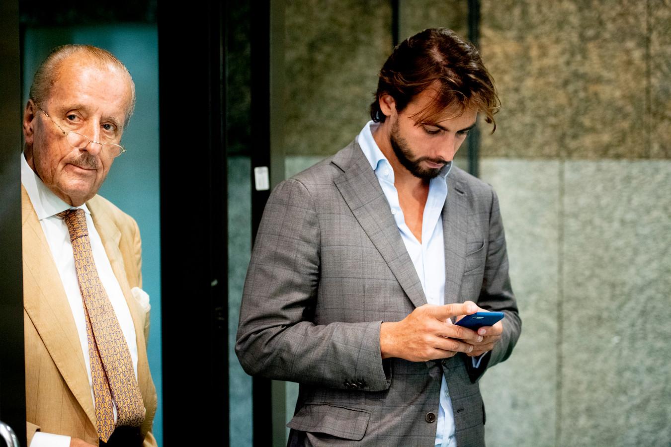 Thierry Baudet (r) en zijn secondant Theo Hiddema komen naar Deventer.
