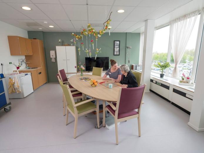 Archieffoto van een woonkamer in de geriatrische trauma unit in het Franciscus Gasthuis & Vlietland. Bezoek is daar vanwege de coronacrisis niet meer welkom.