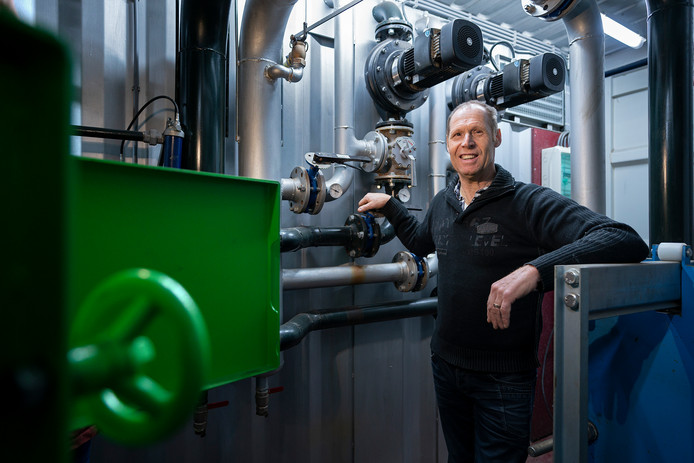 Erik Verhoeven bij zijn biomassaketel.