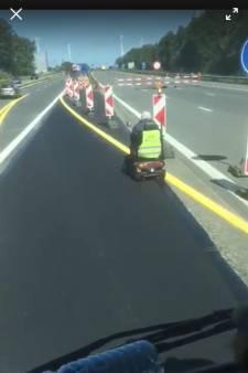 Un homme en fauteuil roulant électrique sur l'autoroute