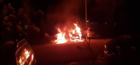 Twee auto's zwaar beschadigd door brand in Wageningen