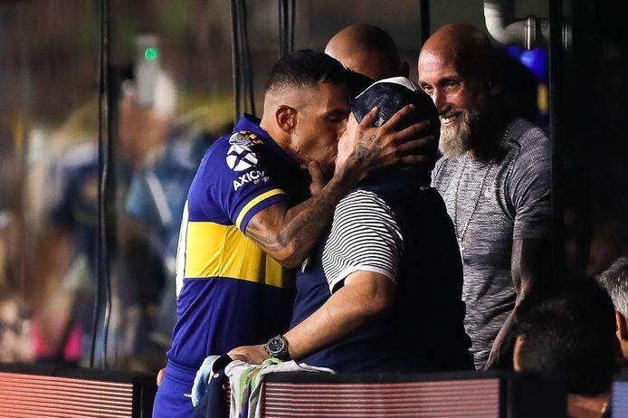 Een iconische kus tussen Carlos Tevez en Maradona, eerder dit jaar in Argentinië.