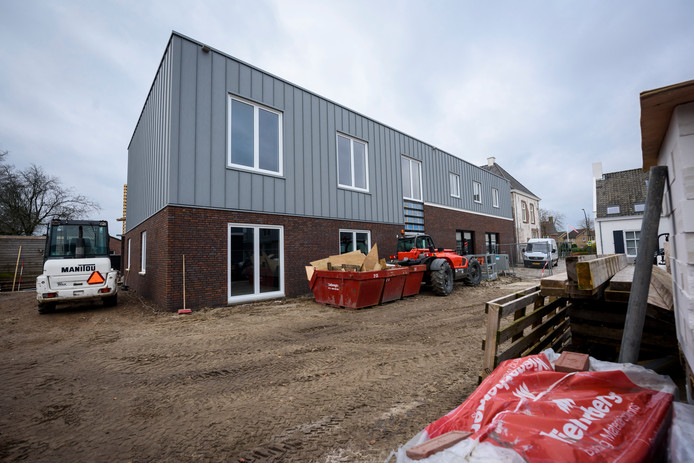 Aan de achterkant van het voormalige gemeentehuis in Middelbeers is een heel nieuwe aanbouw gezet.