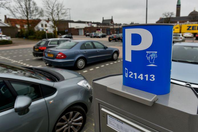 Sinds de invoering van het eerste uur gratis parkeren zijn de parkeerinkomsten in Waalwijk gekelderd. Bezoekers blijven niet langer in het centrum, maar zorgen er voor dat ze net binnen het uur weer weg zijn.