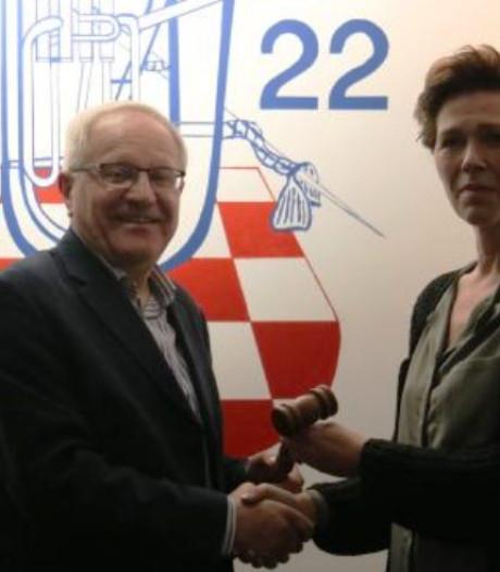 Oud-burgemeester Henk van der Woude legt voorzittershamer Voorwaarts Zwartsluis neer
