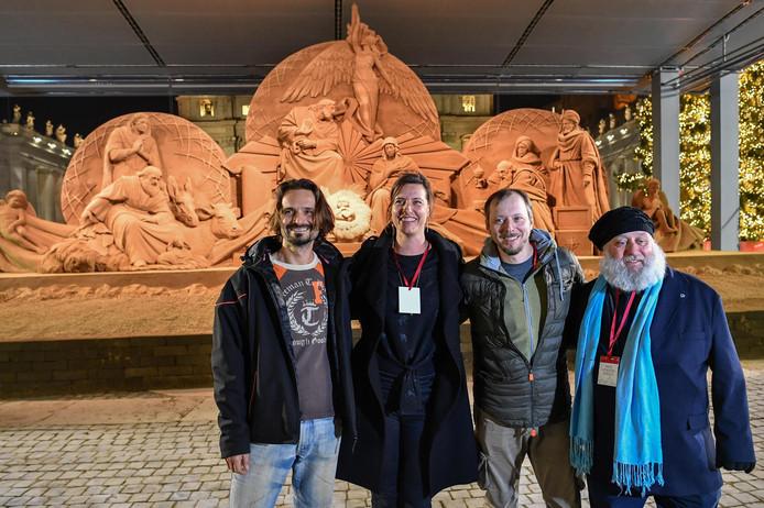 De vier makers van de zandsculptuur: Radovan Zivny, Susanne Ruseler, Ilya Filimontsev en Rich Varano.