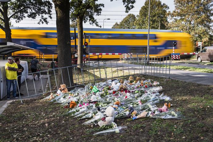 Bij de spoorwegovergang waar het ongeval plaatsvond legden rouwenden bloemen en knuffels. ANP VINCENT JANNINK