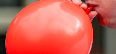 Inzittenden auto in Ammerzoden krijgen boete voor gebruik lachgas en voor 'illegaal transport'
