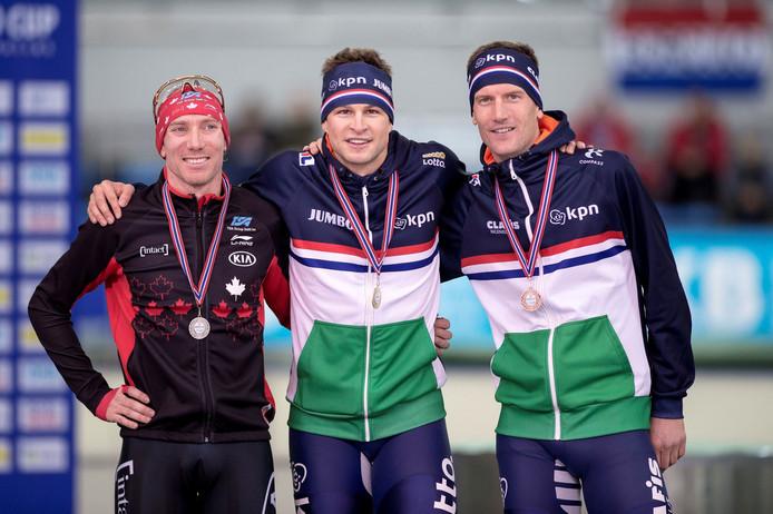 Sven Kramer (midden) met de gouden plak op de 10.000 meter.