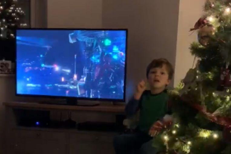 Gabriel speelt tolk voor zijn dove ouders tijdens het TV kijken