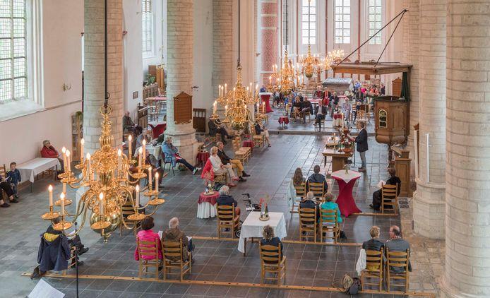 In de  Nederlandse Hervormde Kerk zitten de bezoekers ruim van elkaar gescheiden tijdens de dienst.