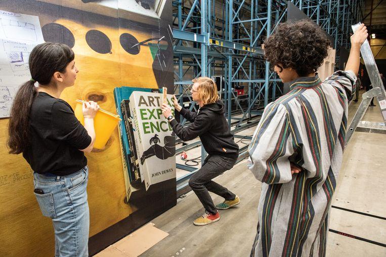 Prospects & Concepts (in Art Rotterdam): kunstenaar The Office of Alina Lupu: dit is een doorlopende performance waarbij een fotobehang wordt aangebracht.  Beeld Simon Lenskens