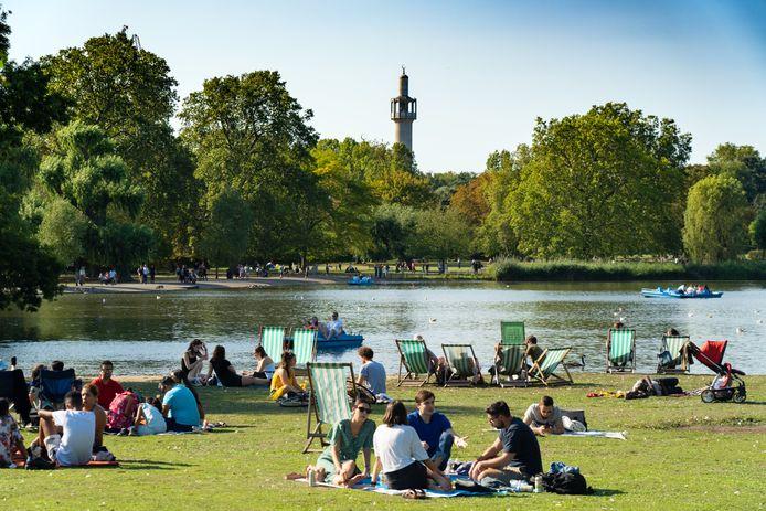 Mensen genieten van de zon in Regent's Park in London, nu het nog kan.