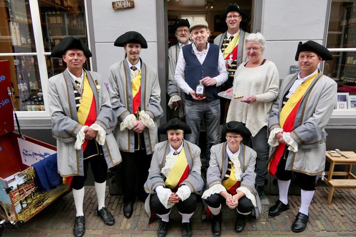 Annelies en Henri van Helvoirt presenteerden zaterdag de likeur Het Elfde Genot. Ook het St. Blasiusgilde was van de partij.