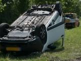 Auto belandt op de kop na aanrijding met vrachtwagen