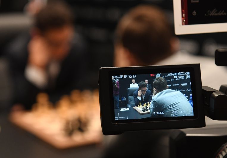 Wereldkampioen schaken Magnus Carlsen (r) en zijn uitdager Fabiano Caruana (l). Beeld EPA