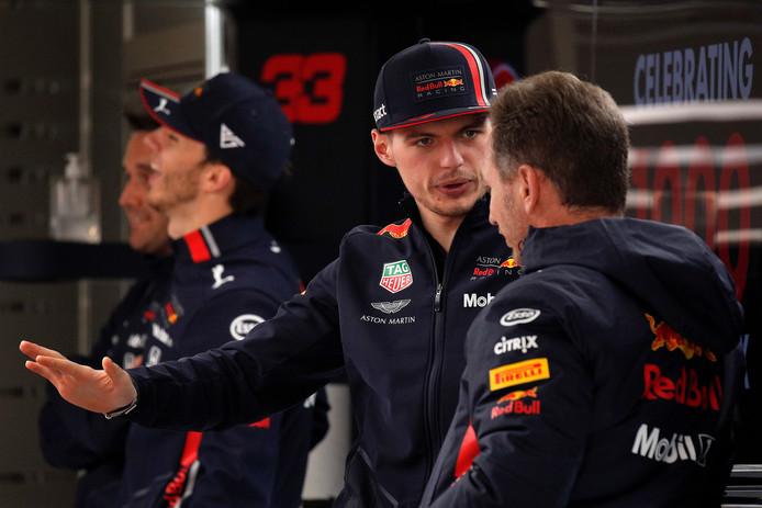 Max Verstappen in gesprek met Red Bull-teambaas Christian Horner.