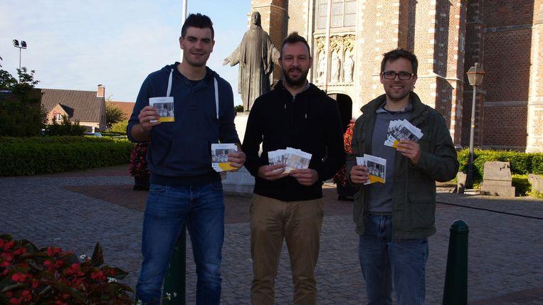 Stef Aernouts, Bart Neefs en Maarten Gilops tonen hun zelfgemaakte brochures. Die werden samengesteld met de hulp van kerkgids Luc Stoffels.