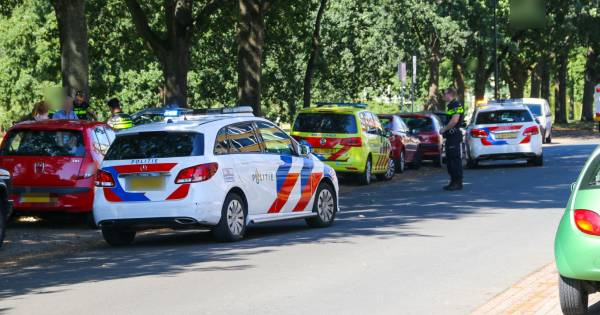 Fietsster raakt gewond in Apeldoorn na botsing met auto.