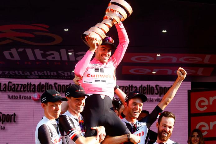 Tom Dumoulin viert de Girowinst met zijn teamgenoten.