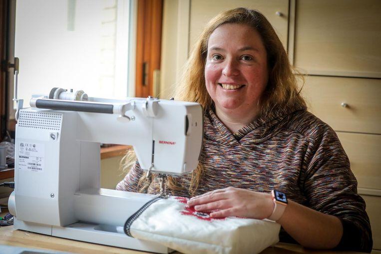 Naaister Stephanie Decoussemaeker creëert unieke gebruiksvoorwerpen uit oude zeilen.