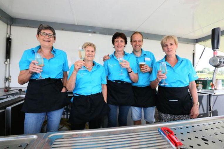Kersvers voorzitter Filip T'Seyen met enkele dames die afgelopen zomer kwamen helpen op de Donkfeesten.