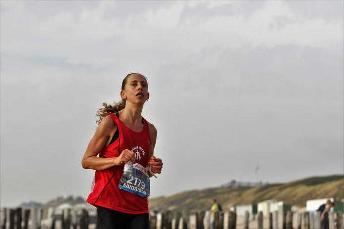 Samantha Luitwieler op weg in de voor haar zo succesvol verlopen (en gelopen) Kustmarathon van 2018.