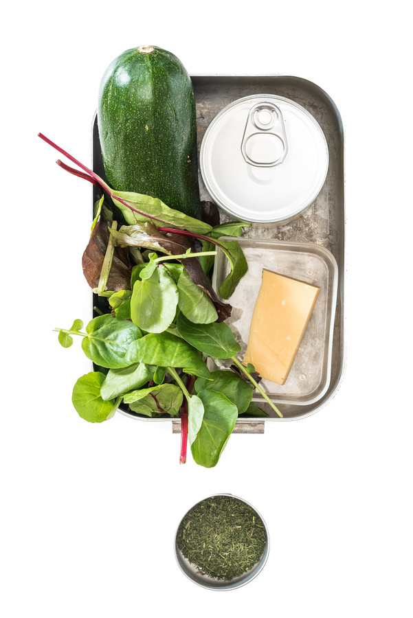 Salade met kapucijners, courgette en oude kaas.