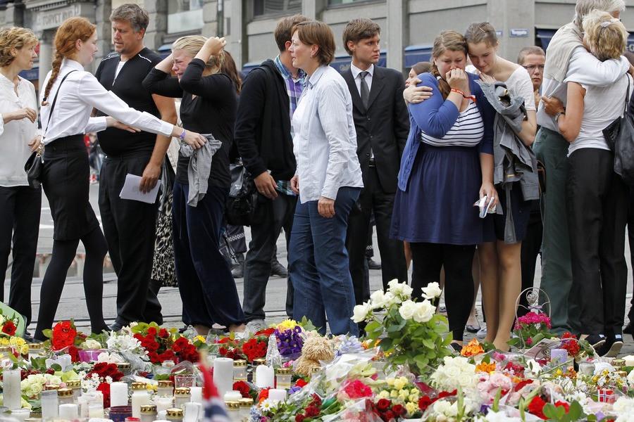 Mensen in Oslo troosten elkaar na de herdenkingsdienst.