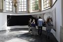 In de Geertruidskerk in Geertruidenberg, waar de expositie plaatsvindt,  Alle Jong maakte dit houtskool werk speciaal voor de afmetingen van de kerk het trok flink de aandacht van de vele bezoekers tijdens de opening.