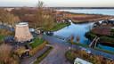 De loswal aan de Kerkweg in Giethoorn (midden), met links de molen en rechts de woning van Tjitske Koopal. (archieffoto)