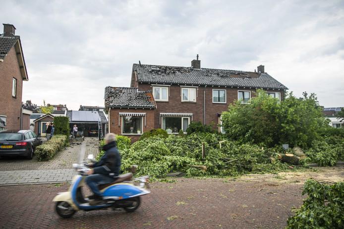 Een beschadigd dak van een woonhuis na een windhoos. De zware onweersbuien van dinsdagavond hebben in het hele land voor overlast en schade gezorgd.