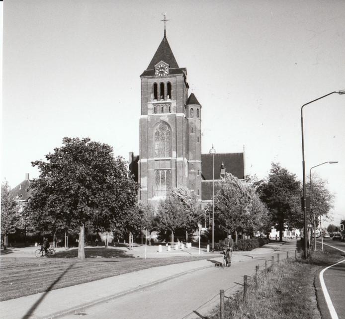 De kerk in Reusel, nog zonder gemeentehuis (1983).