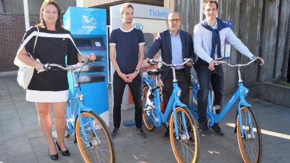 Blue Bike-deelfietsen aan station