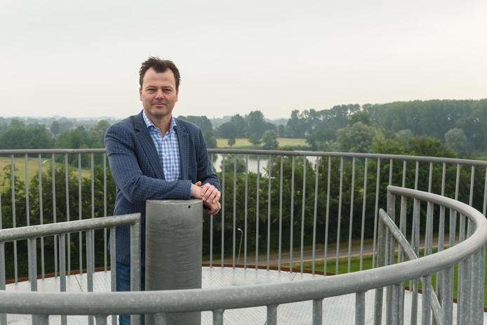 HENGELO - 20180608 - Wethouder Marcel Elferink bovenop de uitkijktoren met op de achtergrond de Kleigaten van Rientjes.