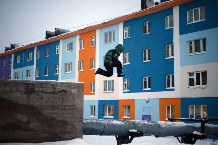 Een jongen speelt op straat in Anadyr in het autonome district Tsjoekotka. Beeld RIA Novosti