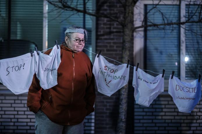 Protest tegen de werkwijze van Laborijn in Doetinchem, met een lijn vol onderbroek, omdat medewerkers van de sociale dienst bij controles zelfs ondergoedlades zouden opentrekken.