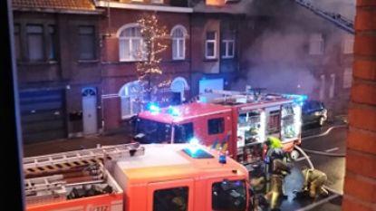 Zware brand in centrum Deinze: twee huizen beschadigd, straat afgesloten