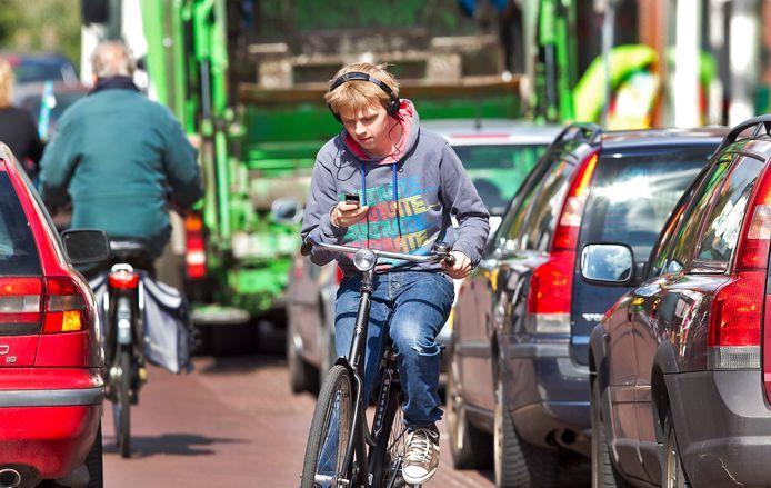 Bellen tijdens het fietsen mag niet! 116 euro boete