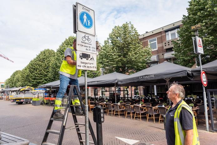 Bij de toegangswegen tot het centrum wordt het fietsverbod aangeknodigd.