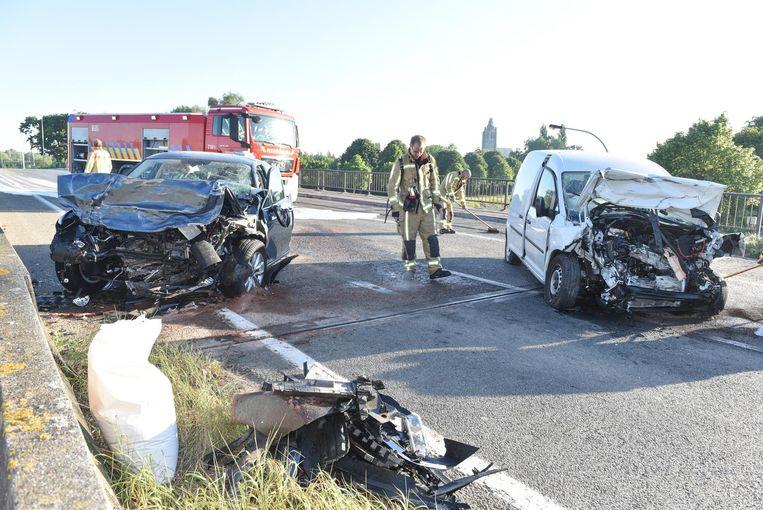 Archiefbeeld. Rechts de bestelwagen van slachtoffer Stephan Deriemaeker, links de auto van de spookrijder op de N60.