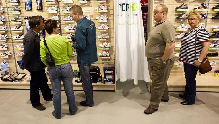 Bezoekers van de vestiging van Topshelf in winkelcentrum Saturn The Wall in Utrecht. Beeld Rob Huibers / HH