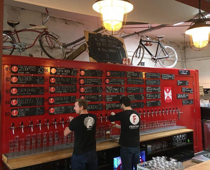 In het café van Frontaal is een groot aantal eigen bieren van de tap verkrijgbaar.