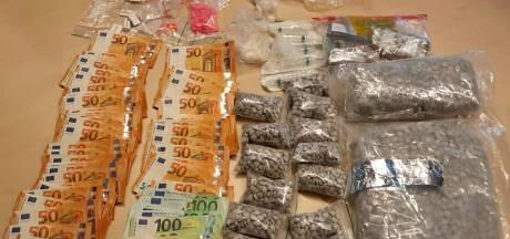 Honderden wietplanten, xtc-pillen, vuurwerk en een berg geld in beslaggenomen: man en vrouw opgepakt