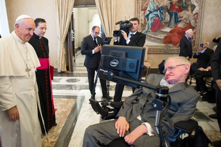 Paus Franciscus begroet Hawking tijdens een bezoek in het Vaticaan Beeld ap