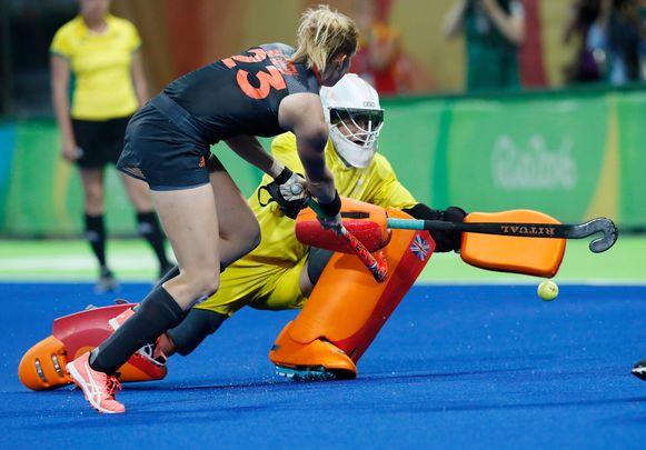 Maddie Hinch, keeper bij Groot-Brittannië, in actie tegen Nederland.